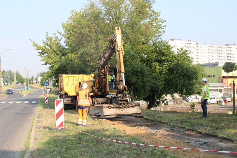 Obecnie przy ul. Kombatantów trwa m.in. usuwanie starej nawierzchni chodników. Tuż obok powstanie około 90 miejsc parkingowych