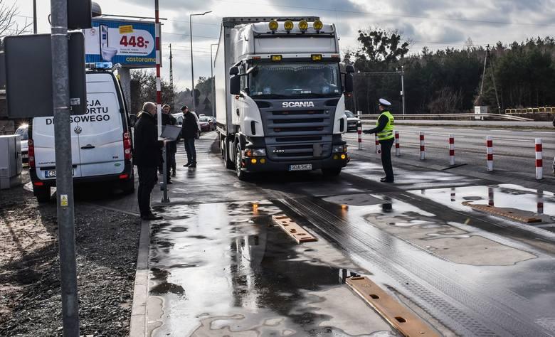 Każda ciężarówka wyjeżdżająca z Bydgoszczy w kierunku Gdańska może zostać zatrzymana i zważona dzięki systemowi ważenia ciężarówek, który właśnie ruszył