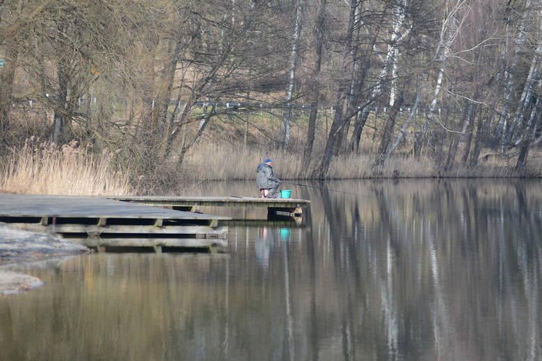 Nazwa jeziora - Glibiel - nikomu nic nie mówi, z reguły akwen ten znany jest pod nazwą Jezioro Łochowickie lub Łochowice. Położone jest od północno-wschodniej strony zabudowań wsi. Trafić nie jest trudno, wzdłuż zachodniego brzegu biegnie droga z Krosna Odrzańskiego do Świebodzina.