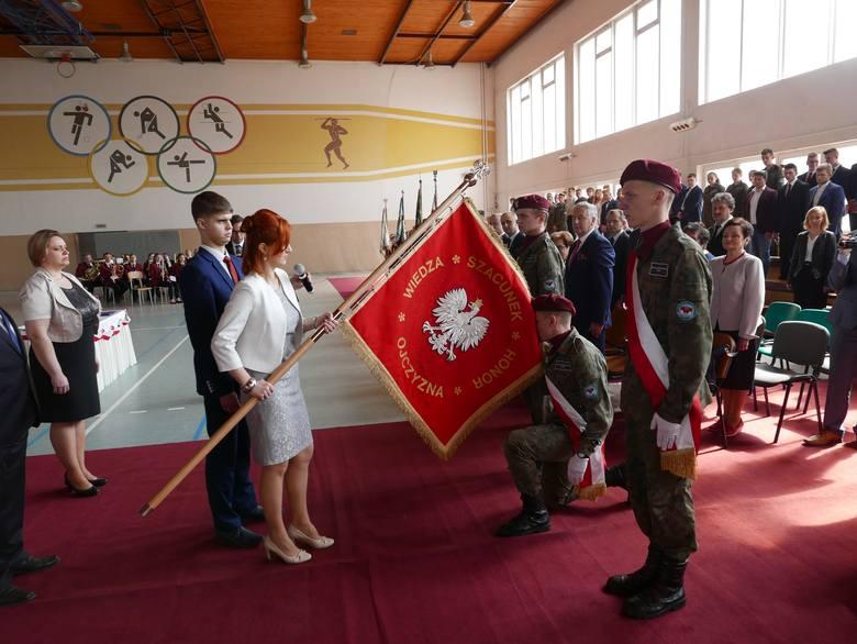Uroczystość rozpoczęto w Zespole Szkół Niepublicznych, gdzie wciągnięto flagę na maszt i złożono kwiaty pod tablicą upamiętniającą Jadwigę Dziubińską.