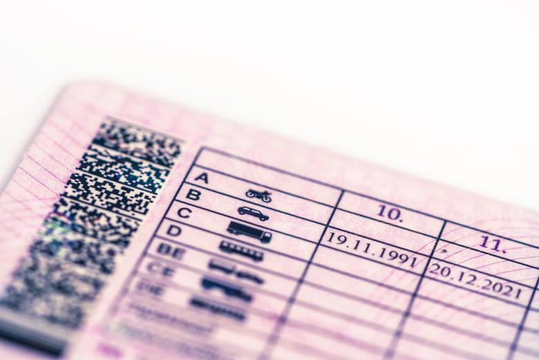 Ministerstwo Infrastruktury prowadzi prace nad rozszerzeniem uprawnień posiadaczy prawa jazdy z kategorią B. Co zakładają zmiany? Co zyskają dzięki nim