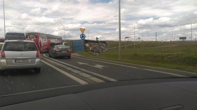 Przed godz. 13 w ciągu ul. Krakowskiej w Rzeszowie na jeden z pasów wjazdowych na autostradę przewrócił się samochód ciężarowy. Na miejscu są utrudnienia