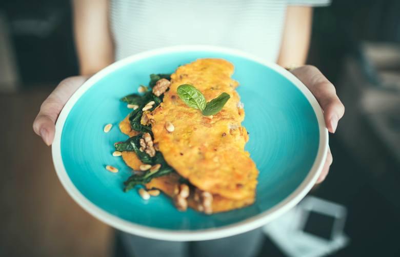 Jeśli jednak omlet, to koniecznie z zielonymi warzywami! Mogą być surowe (np. rukola, roszponka, szpinak, sałata rzymska czy nawet drobno poszatkowana