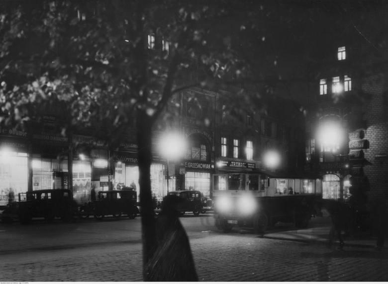 Na zdjęciu: 1934 rok - Stary Rynek u wylotu ulicy Ratuszowej.Stary Rynek w Poznaniu uznawany jest za jeden z najpiękniejszych w kraju. Pod względem wielkości