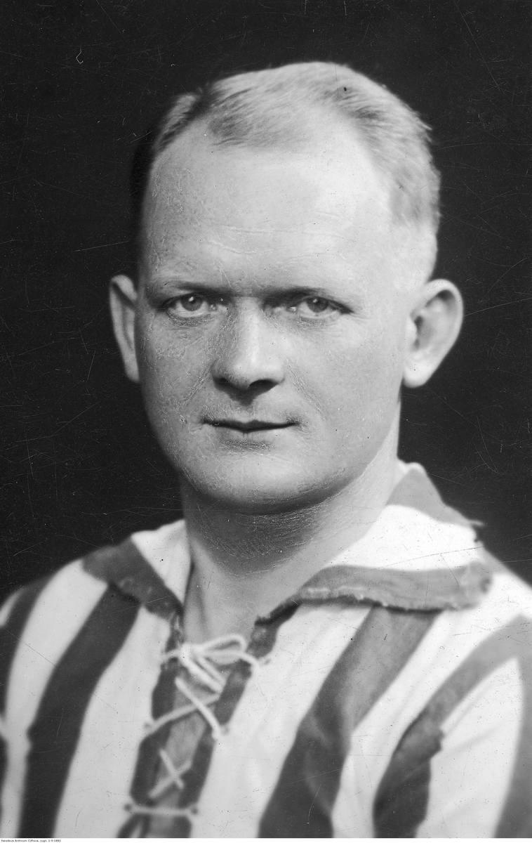Piłkarz Cracovii Roman Pająk w charakterystycznej koszulce z wiązaniem pod szyją (1938 r.). W 1938 r. pasów było już więcej, bo 11, zamiast tradycyjnych