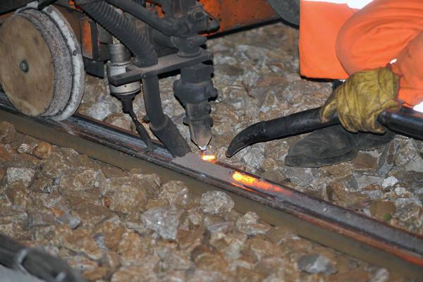 Napawanie to nakładanie warstwy metalu na metal przy jednoczesnym topieniu podłoża. Powstały stop jest niezwykle twardy i wytrzymały.