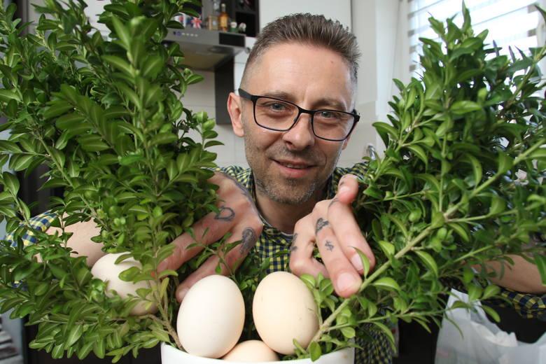 Jajka faszerowane wędzonką i chrzanem, żurek na białej kiełbasie z jajkami faszerowanymi, to tylko niektóre przepisy polecane przez znanego kieleckiego