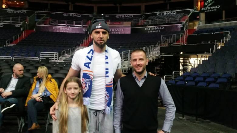 Marta Szaroleta, Marcin Gortat i Maciej Brodziński w hali Verizon Center, w której rozgrywają swoje mecze koszykarze Washington Wizards