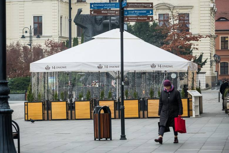 Zimowe ogródki to standard w wielu miastach - również w Polsce. W Bydgoszczy w tym roku na taką skalę pojawią się po raz pierwszy i - jak zapowiada plastyk