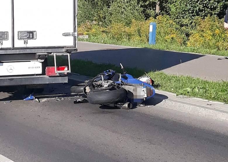 Zgłoszenie o wypadku na ul. Ciołkowskiego w Białymstoku podlascy policjanci otrzymali o godz. 7:54. Zdjęcia pochodzą z grupy Kolizyjne Podlasie na Facebook'u.
