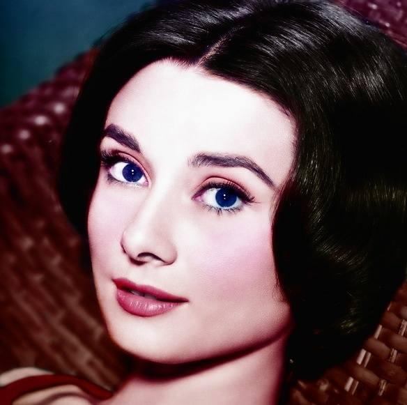 Chociaż trudno w to uwierzyć, Audrey Hepburn była nałogową palaczką i wcale nie ograniczała się do kilku, ani nawet kilkunastu papierosów dziennie. Nie