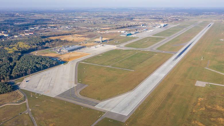 Na tym zdjęciu (lewa strona) widoczna jest nowa strefa cargo, następnie obszar w którym w dwóch hangarach technicznych realizowana jest obsługa techniczna