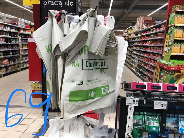 W Carrefour zapłacimy 69 groszy za najtańszą reklamówkę.