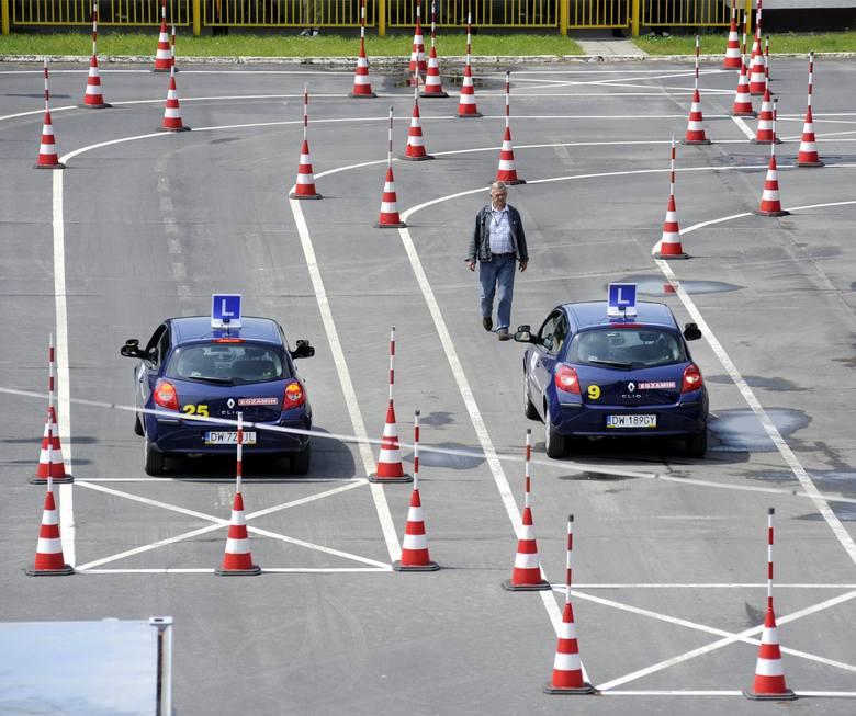 Omijanie pojazdu, który jechał w tym samym kierunku, lecz zatrzymał się w celu ustąpienia pierwszeństwa pieszemu: 500 złOmijanie pojazdu oczekującego