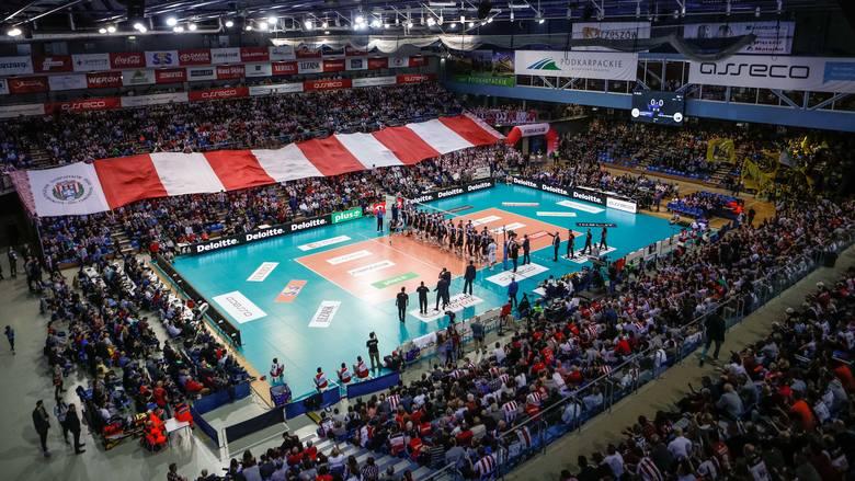 Asseco Resovia Rzeszów przegrała rewanżowy mecz półfinału PlusLigi z PGE Skrą Bełchatów 2:3. Rywal awansował do wielkiego finału. Resovia w dwumeczu
