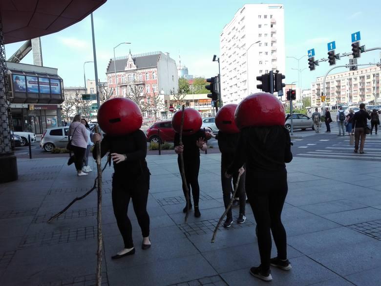 Ludziki z czerwonymi głowami pojawiły się przed Kaskadą