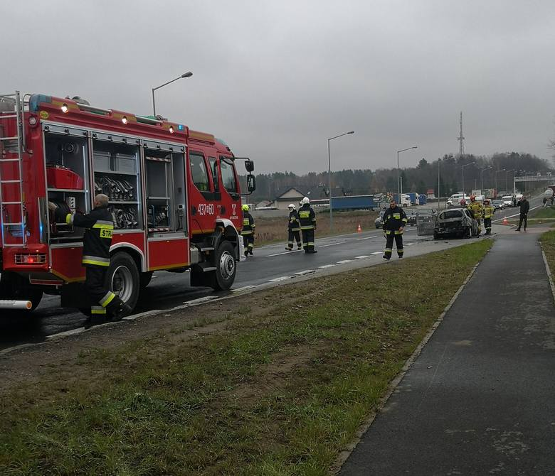Do zdarzenia doszło w sobotę na drodze krajowej nr 94 w Korczowej koło Jarosławia. Spłonął samochód osobowy. Zdjęcia otrzymaliśmy od internauty na alarm@nowiny24.pl,