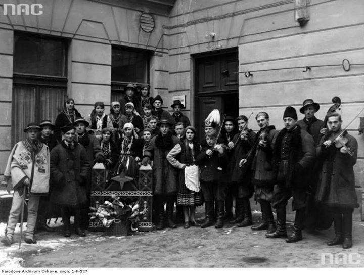 Zespół kolędników zorganizowany przez Związek Młodzieży Ludowej