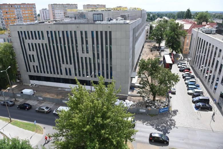 Tak prezentuje się gmach nowego Sądu Rejonowego w Toruniu. Mimo pandemii, prace na budowie idą pełną parą. To jedna z kilku dużych inwestycji, z jakimi
