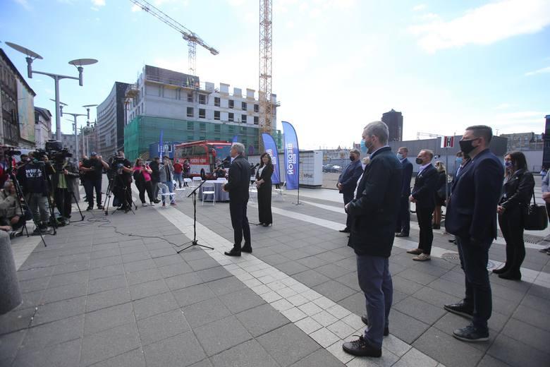 Robert Biedroń w Katowicach przed worcem kolejowymZobacz kolejne zdjęcia. Przesuwaj zdjęcia w prawo - naciśnij strzałkę lub przycisk NASTĘPNE