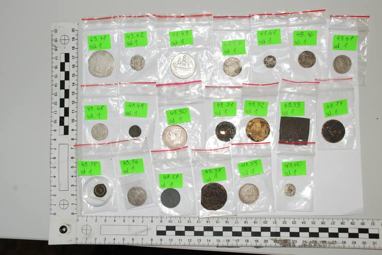 Zdjęcia zabranych monet, robione przez policyjnego fotografa, są bardzo niewyraźne. Trudno dokładnie sprawdzić poszczególne egzemplarze