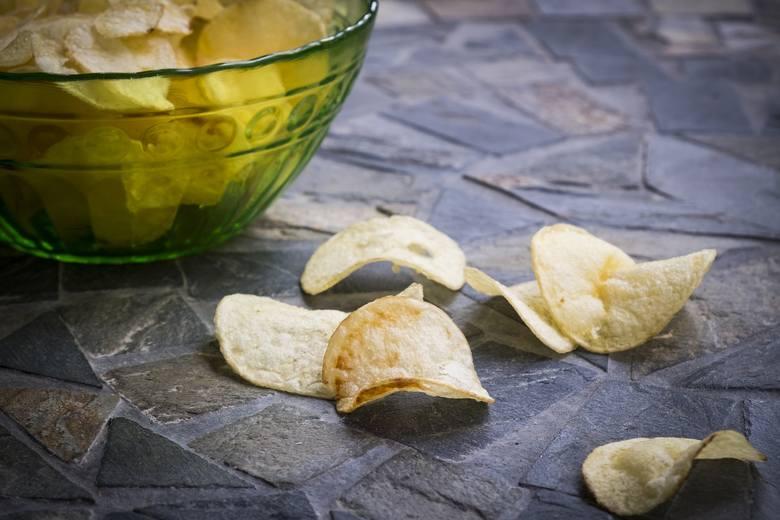 NIE! Dieta dla czystej cery powinna zawierać jak najmniej soli, której źródłem są głównie słone przekąski oraz produkty przetworzone, takie jak chleb,