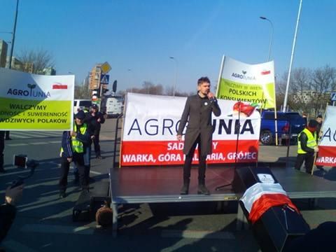 Do zgromadzonych protestujących rolników i przechodniów przemawia lider Agrounii, Michał Kołodziejczak