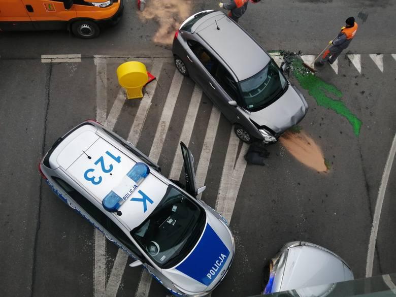 Dwa samochody zderzyły się pod okrągła kładką na Al. Piłsudskiego w Rzeszowie. Jeden z pasów prowadzących z ul. Grunwaldzkiej w al. Piłsudskiego jest