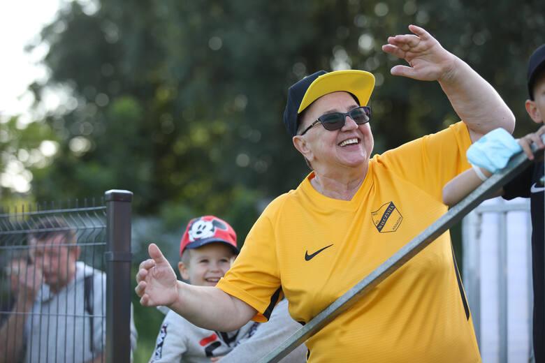 Pani Grażyna, najwierniejsza kibicka Wieczystej. Od wielu lat wspiera jej piłkarzy głośnym dopingiem