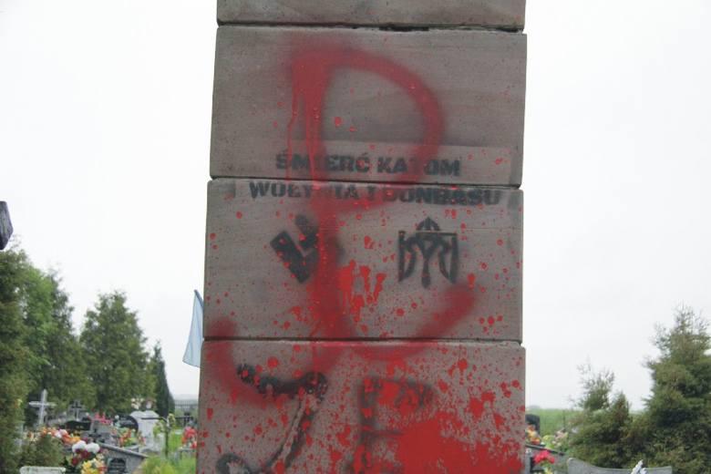 Na słupach pomnika pojawiły się czerwone symbole Polski Walczącej.