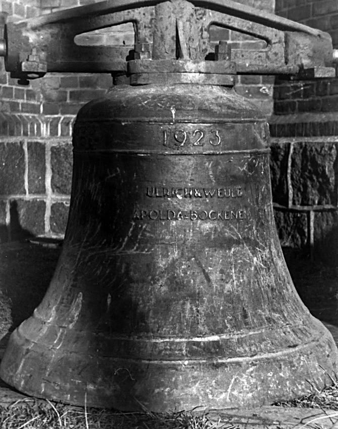 Dzwon z 1923 r. z Zimowisk jest największy z trzech. Z prawej - najmniejszy, sygnaturka z 1934 r.<br /> <br /> Robiono zakłady o czekolady, o litrówki. Ale dzwon jakby tego nie słyszał, szedł dalej spokojnie w górę, jak małe posłuszne dziecko<br /> <br /> Ks. Wiktor Markiewicz