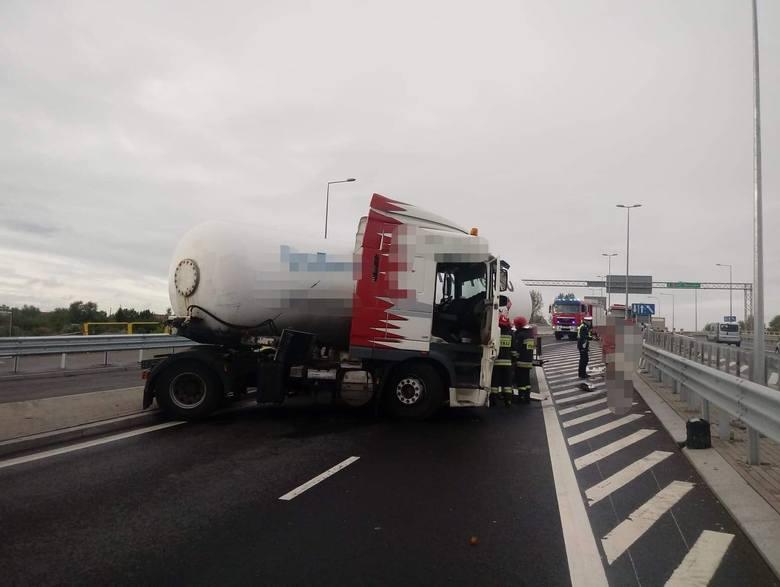 Kolejny w ostatnim czasie wypadek na ul. Kleeberga w Białymstoku. Ciężarówka przewożąca gaz uderzyła w barierki. Zdarzenie całkowicie zablokowało ru