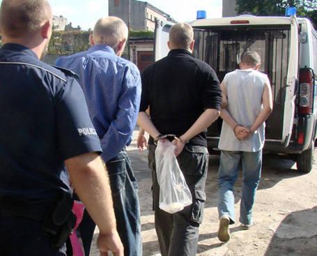 Zatrzymani mężczyźni trafili do policyjnego aresztu.