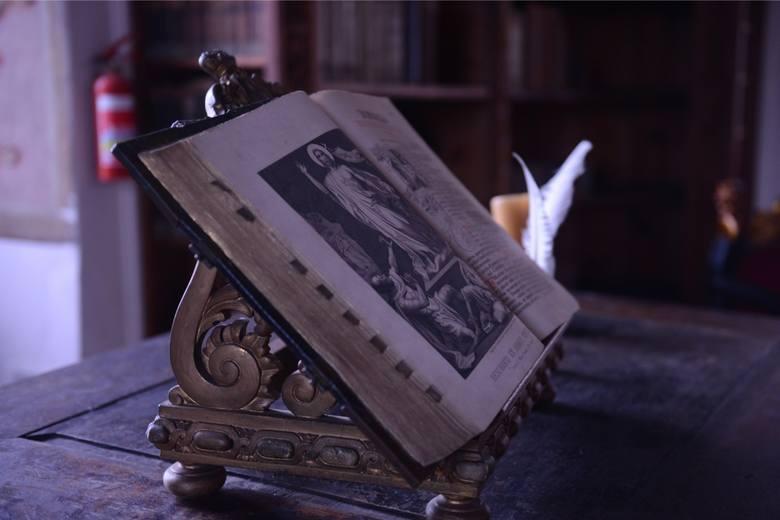 <i>Na początku w klasztorze księgi przechowywano w zakrystii. Salę biblioteczną stworzono za czasów opata Hermana (1347- 1351). Utworzył on fundację, która wspomagała zakup książek dla konwentu. Była to pierwsza tego typu fundacja utworzona na Śląsku.</i>