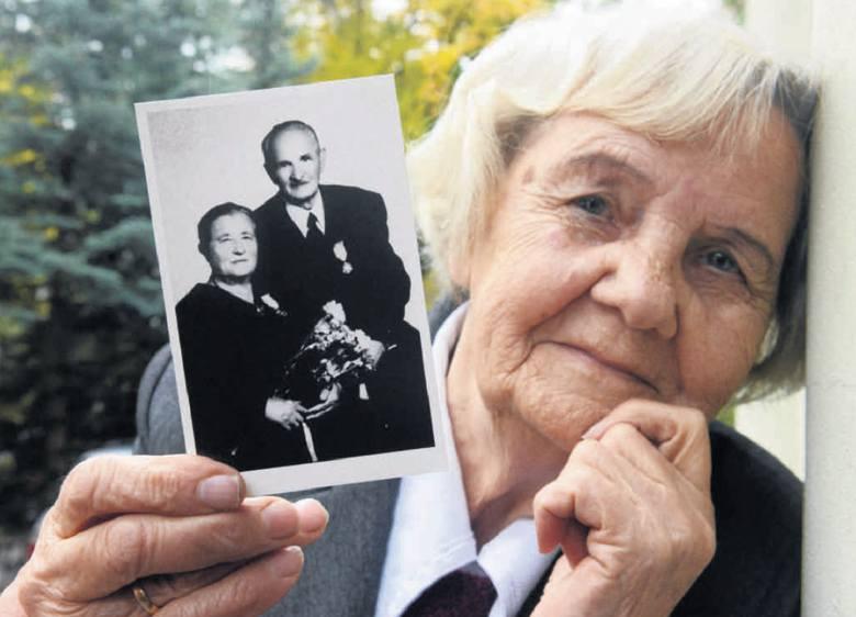Kazimiera Siekanowicz ze zdjęciem rodziców wykonanym wiele lat po wojnie. Z Kresów pamiątki nie ma żadnej. Konfiskowano je na Syberii.