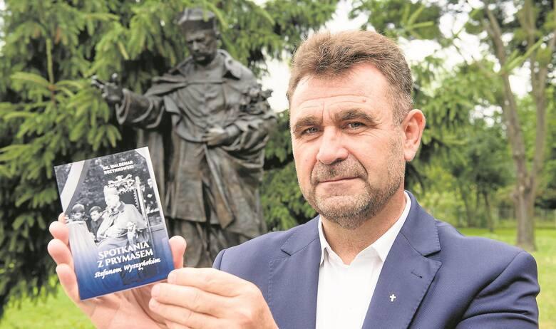 Dk. prof. Waldemar Rozynkowski przy pomniku prymasa Stefana Wyszyńskiego przy kościele Chrystusa Króla w Toruniu