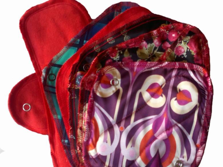 Wielorazowe podpaski i wkładki są kolorowe, różnego rozmiaru i z różnymi wzorami.
