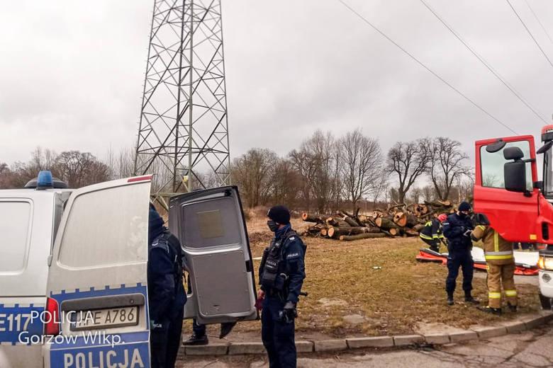 Po godzinie 9.00 w piątek (19 marca) gorzowscy policjanci zostali wezwani do pilnego zgłoszenia. Na słup wysokiego napięcia wszedł mężczyzna. Początkowo
