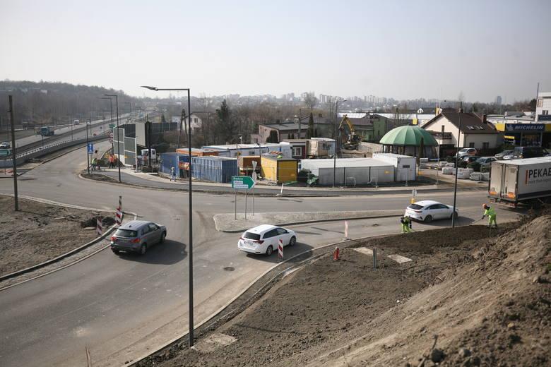 Drogowcy plantują skarpy przy DK 94 w Sosnowcu. W ciągu kilku dni ma się rozpocząć malowanie linii na jezdniach. Inwestycja ma się zakończyć 31 marca
