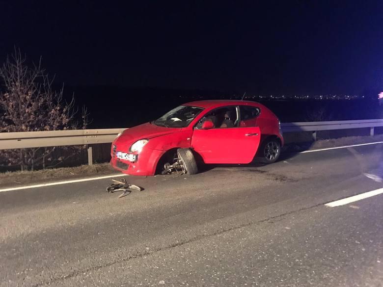 Do wypadku doszło we wtorek o godz. 18.20. Kierowca audi wyprzedając pojazd zderzył się czołowo z alfa romeo, a następnie z renault trafic. W wyniku