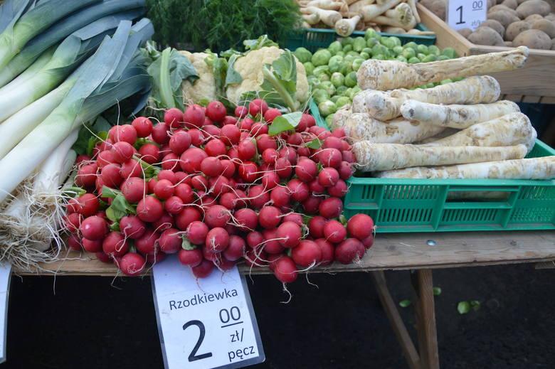 Rynek przy ul. Owocowej. Tutaj kupisz warzywa, owoce oraz inne smakołyki. Sprawdziliśmy dla Was ceny z soboty 5 grudnia.  Czytaj więcej na kolejnych