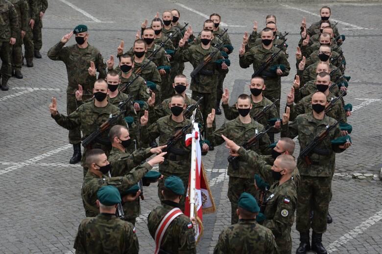 Przysięga wojskowa żołnierzy służby przygotowawczej 5. Lubuskiego Pułku Artylerii przed sulechowskim ratuszem.