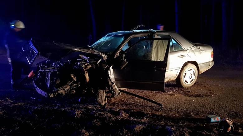 Na miejscu zastali rozbitego mercedesa, który uderzył w drzewo. Od kierowcy był wyczuwalny alkohol.Zdjęcia z wypadku otrzymaliśmy dzięki uprzejmości