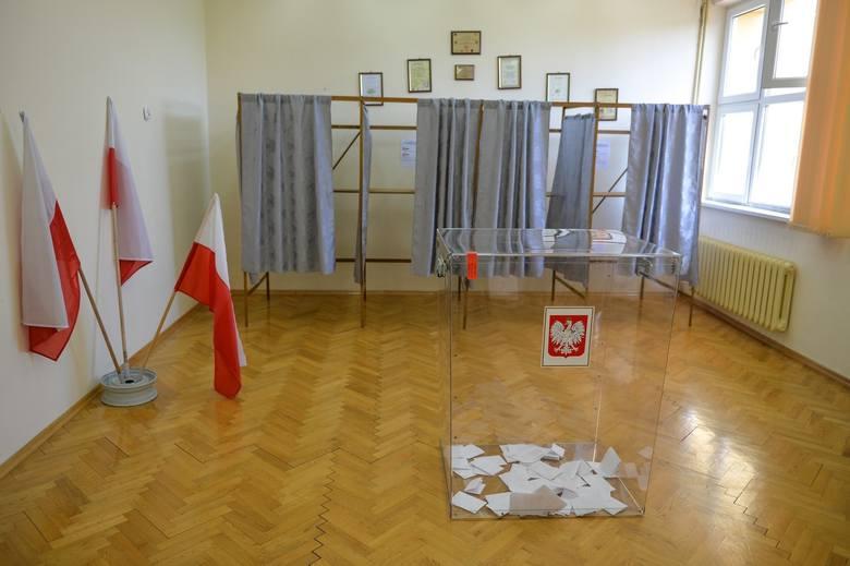 Tak wyglądały w niedzielę uzupełniające wybory wójta w gminie Jarosław w województwie podkarpackim. W czasie stanu epidemii panującego w Polsce niezbędne było zachowanie szczególnych środków ochrony.