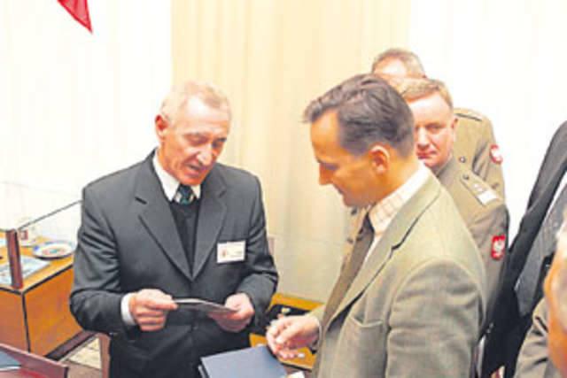 Minister z prezentem pod pachą