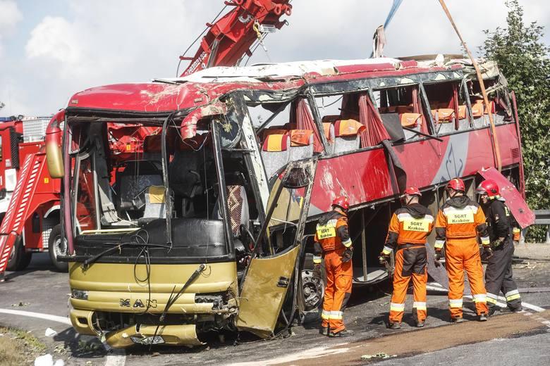 W Leszczawie Dolnej w powiecie przemyskim z kilkunastometrowej skarpy spadł ukraiński autokar. W wypadku zginęły trzy osoby. Relacja straży pożarnej
