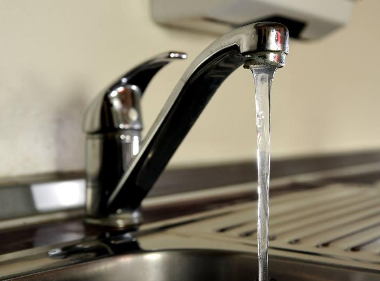 Mieszkańcy mogą skorzystać z wody dowożonej do wsi. Ta z kranu nie powinna być pita.