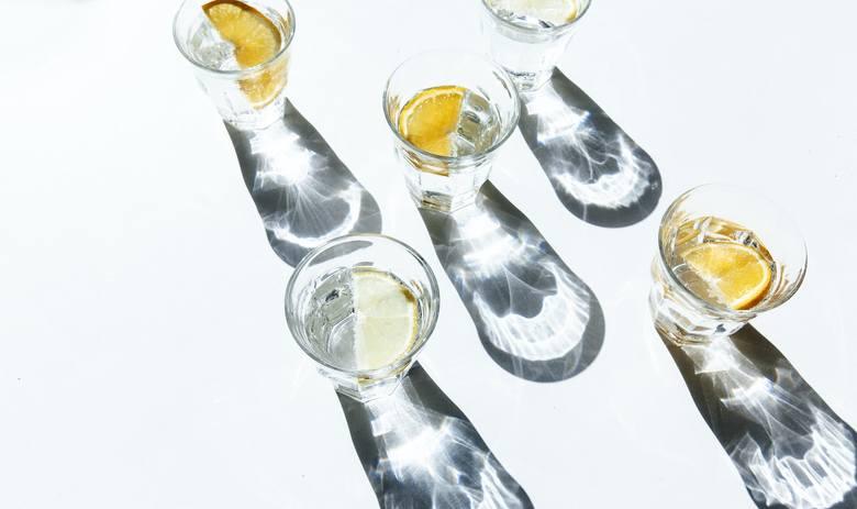 1. Woda. Nawodniony organizm szybciej pozbywa się toksyn i łatwiej przyswaja składniki odżywcze.