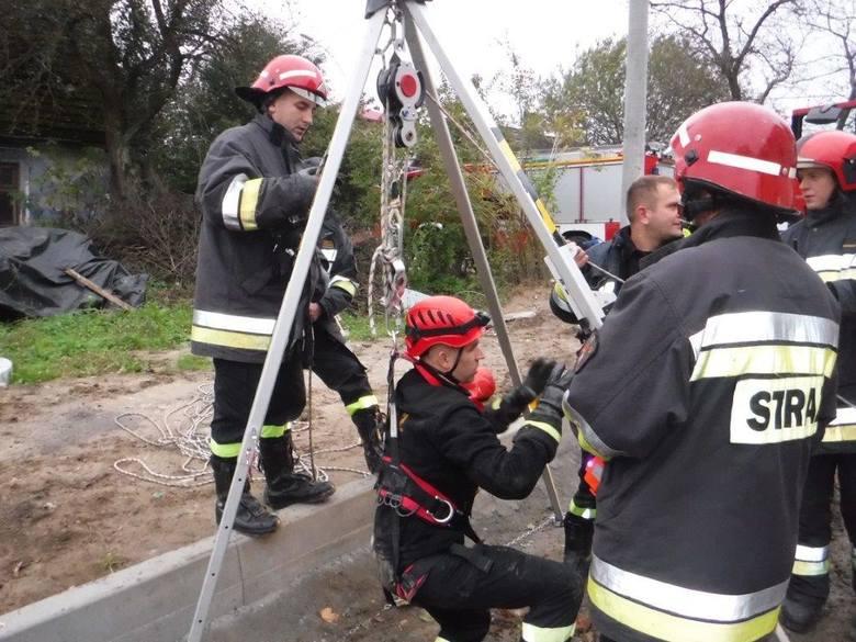 <strong>Do wypadku doszło przy ul. Studziennej w Leżajsku. Akcja ratunkowa trwała prawie dwie godziny. </strong><br /> <br /> Do zdarzenia doszło wczoraj, przed godziną 16.30. <br /> <br /> W momencie, gdy na miejsce przyjechali strażacy chłopiec był przytomny i odpowiadał na pytania. Ratownicy...