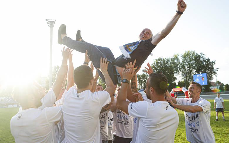 Stal Rzeszów pokonała Podhale Nowy Targ w w meczu o awans i zapewniła sobie grę w 2 lidze.Czytaj więcej: Stal Rzeszów pokonała Podhale Nowy Targ i w